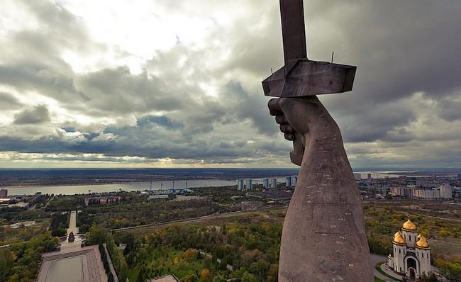 """Скульптура """"Родина-мать"""", меч и церковь"""