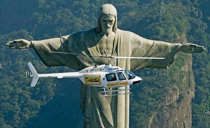 """Скульптура """"Христос-Искупитель"""" и вертолет"""