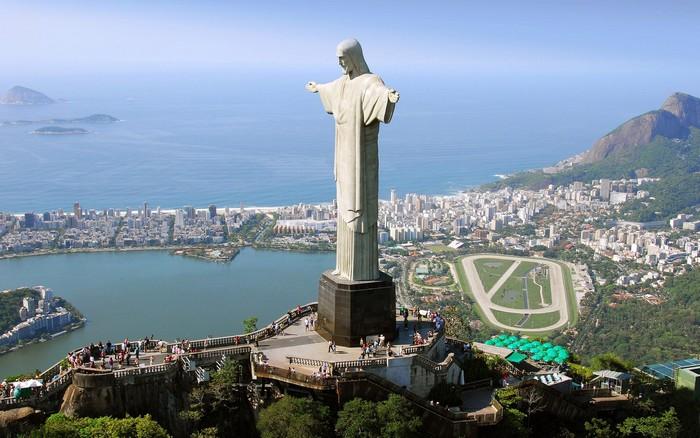 Статуя Христа-Искупителя - вид сбоку
