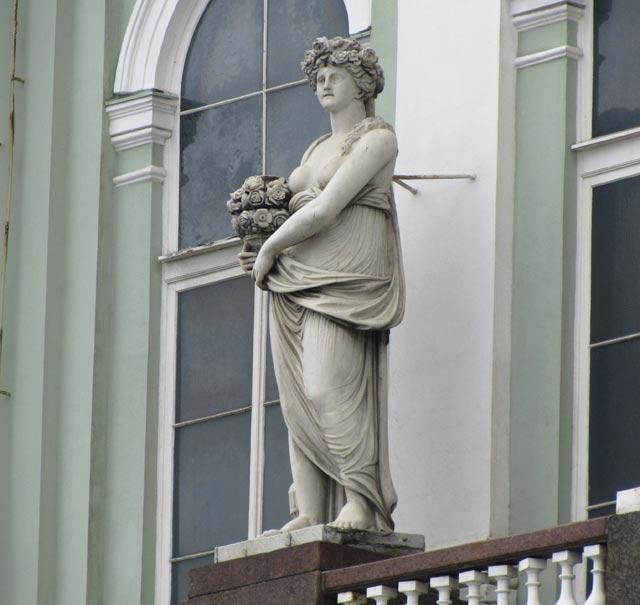 Флора, скульптура на фасаде Малого Эрмитажа - автор Фальконе