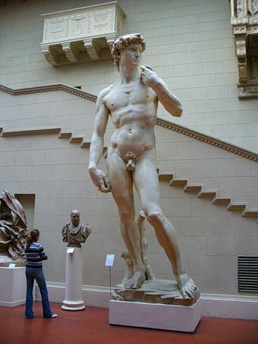 Скульптура Давид, рядом человек