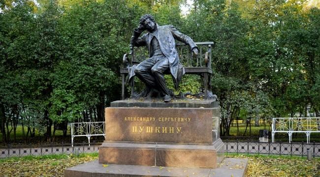 Памятник Пушкину в Лицейском саду Царского села