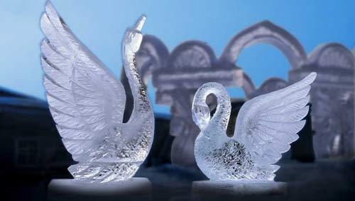 Ледяные скульптуры - лебеди