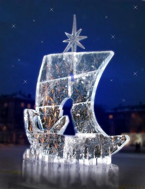 Ледяная скульптура подсвечивается ночью