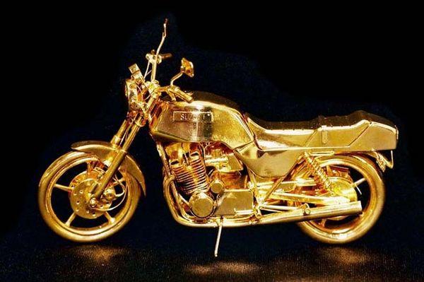 Скульптура золотой мотоцикл