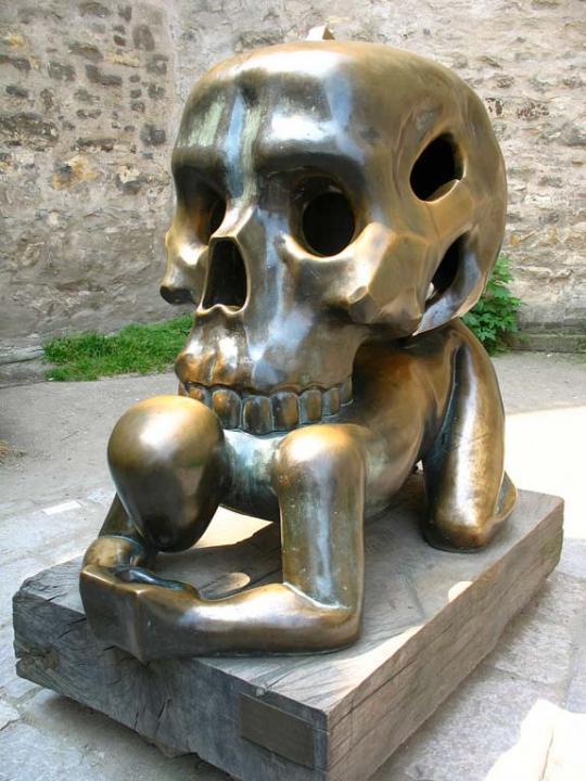 """Скульптура """"Фигура с черепом"""", Чехия, Микулове"""