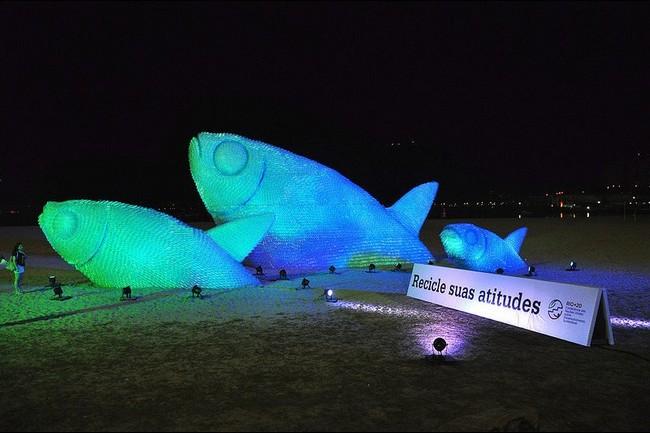 Скульптура рыбы из пластиковых бутылок, Бразилия