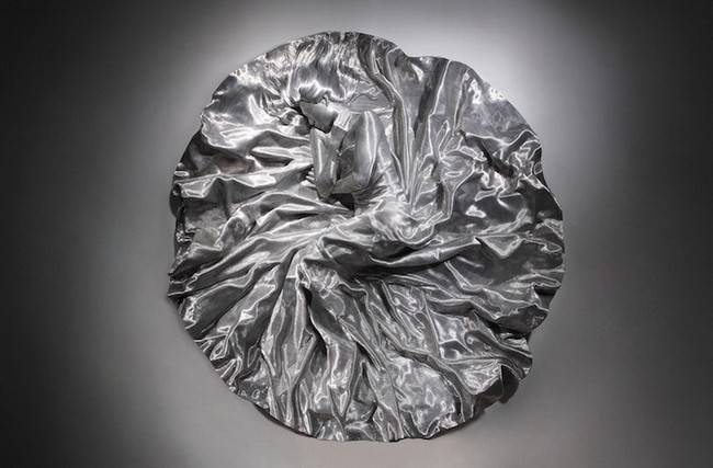 Со Мо Пак, скульптура из проволоки, девушка в платье на полу