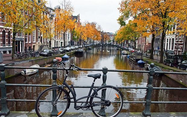 Ноябрь в Амстердаме, велосипед у реки