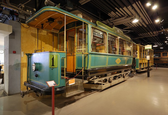 Один из первых электрических трамваев