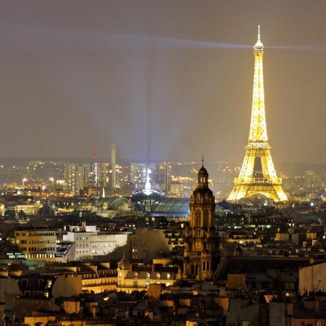 Эйфелева башня в декабре ночью, 2014 год