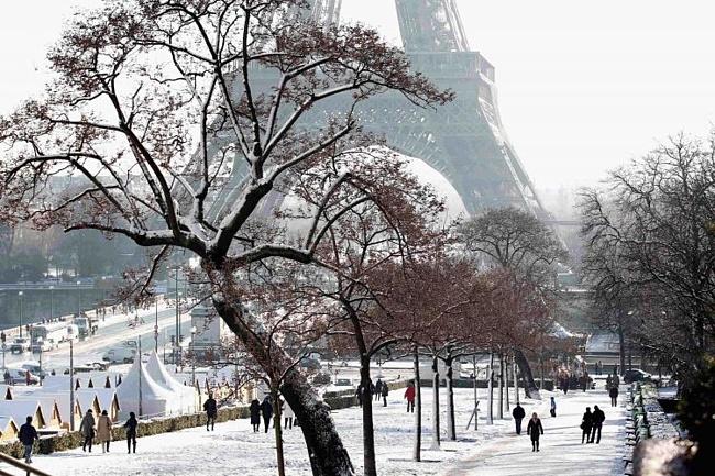 Эйфелева башня в снегу, декабрь