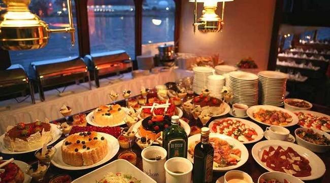 Праздничный стол в Праге, новогодние праздники