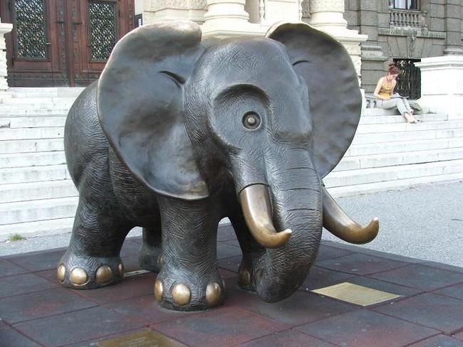 Слон на входе в музей естествознания, Вена