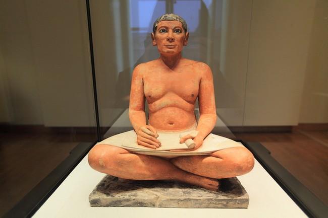 Скульптура сидящего писца в Лувре
