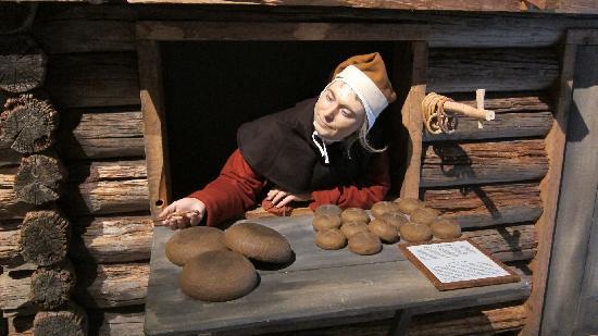 Женщина, продающая хлеб, музей Средневековья, Швеция