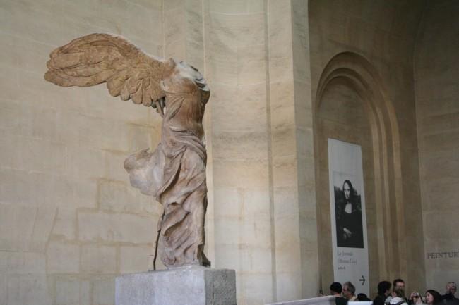 Скульптура Ники Самофракийской в Лувре