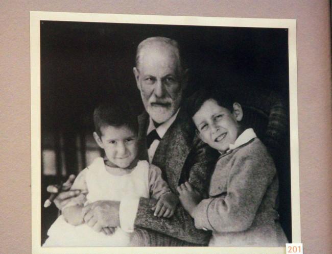 Фрейд с детьми, фото в музее Зигмунда Фрейда, Вена, Австрия