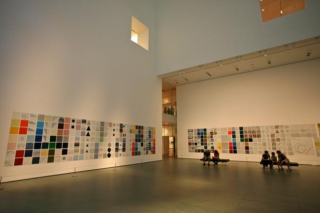 Один из залов музея современного искусства в США, где можно посидеть