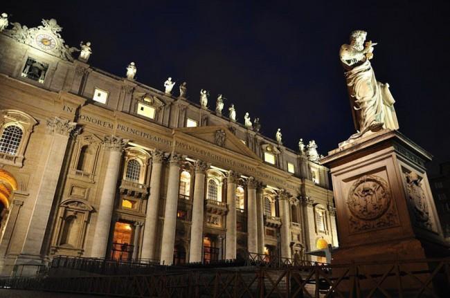 Собор Святого Петра, статуя перед входом, вечернее время